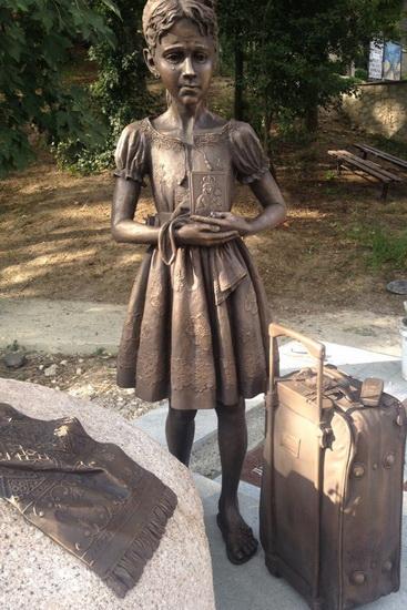 Пам'ятник мігрантам відкрили на Тернопільщині - фото 1