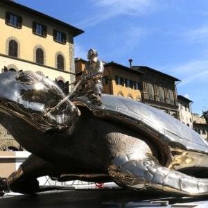 Firenze, nuda e fuori di sè cavalca la tartaruga di Jan Fabre in piazza della Signoria