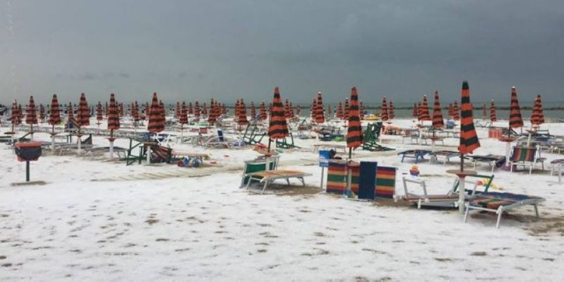 Risultati immagini per grandine italia spiaggia